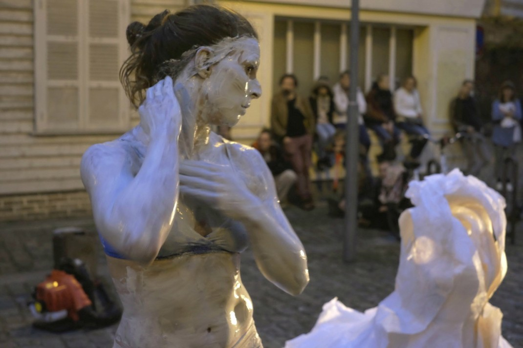 corps-accord-spectacle-de-rue-compagnie-les-tatas-femme-performance-transdisciplinaire-terre